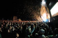 Folk som håller ögonen på en konsert, medan kasta konfettier Arkivbilder