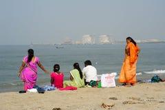 Folk som håller ögonen på havet på stranden av fortet Cochin Arkivfoton