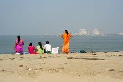 Folk som håller ögonen på havet på stranden av fortet Cochin Royaltyfri Fotografi