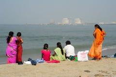 Folk som håller ögonen på havet på stranden av fortet Cochin Arkivbild