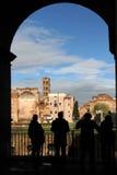 Folk som håller ögonen på på Roman Forum Arkivbilder