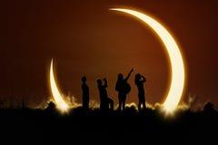Folk som håller ögonen på sol- förmörkelse Arkivfoto