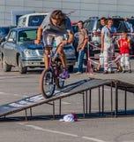 Folk som håller ögonen på tricket på en BMX Royaltyfri Fotografi
