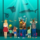 Folk som håller ögonen på undervattens- landskap med havsdjur i jätte- oceanarium Royaltyfria Bilder