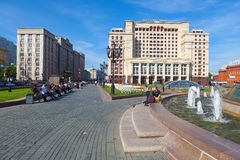 Folk som har en vila på den Manezh fyrkanten i Moskva Arkivbilder