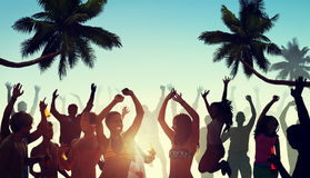 Folk som har ett parti vid stranden royaltyfria bilder