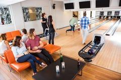 Folk som har fritid på bowlingklubban Royaltyfri Bild