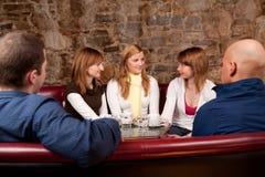 Folk som har gyckel i cafe Arkivbilder