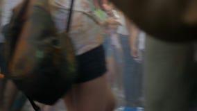 Folk som har gyckel på den Holi festivalen lager videofilmer