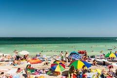 Folk som har gyckel på den Mamaia stranden Royaltyfri Foto