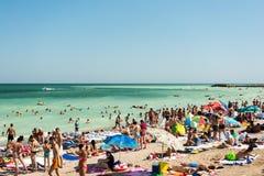 Folk som har gyckel på den Mamaia stranden Royaltyfri Fotografi