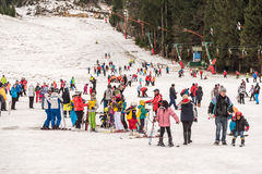 Folk som har gyckel på snöig berghimmelsemesterort Royaltyfri Fotografi
