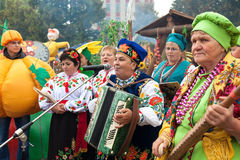 Folk som har roligt sjunga och att spela dragspelet Royaltyfri Foto