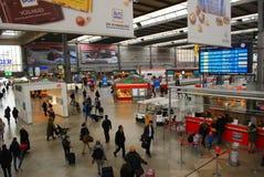Folk som heading till deras drev på den Munich centralstationen Arkivfoton