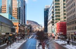 Folk som i city går i Montreal i Montreal nära det Mcgill universitetet Royaltyfri Fotografi