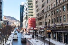 Folk som i city går i Montreal i Montreal nära det Mcgill universitetet Royaltyfri Foto