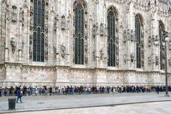 Folk som i rad står - den Milan cathedraen, Italien Arkivfoto