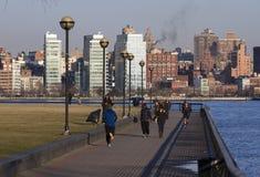 Folk som joggar på Hoboken strand, NJ arkivbild