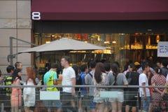 Folk som köas upp för matställe i SHENZHEN Royaltyfri Fotografi