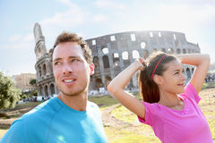 Folk som kör förbi Colosseum i Rome royaltyfri foto
