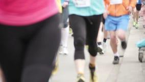 Folk som kör på den halva maratonhändelsen arkivfilmer