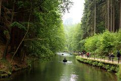 Folk som kanotar i Amselsee i Rathen, Tyskland Royaltyfria Bilder
