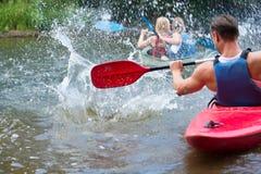 Folk som kayaking Fotografering för Bildbyråer