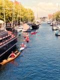 Folk som kayaking på Köpenhamnsändningskanalen i det Christianshavn området royaltyfri fotografi
