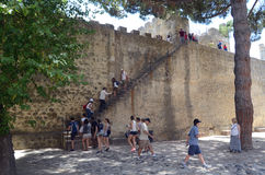 Folk som klättrar väggarna av Castelo de São Jorge, Lissabon, Tom Wurl Royaltyfri Bild