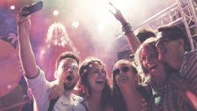 Folk som klubbar och dansar på partiet arkivbilder