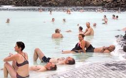 Folk som kopplar av, blå lagun, Island Arkivbild
