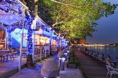 Folk som kopplar av i ett av restaurangalognen förälskelsefloden av Kaohsiung, Taiwa Fotografering för Bildbyråer