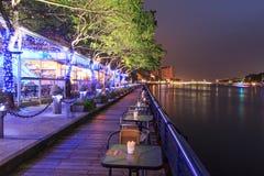 Folk som kopplar av i ett av restaurangalognen förälskelsefloden av Kaohsiung, Taiwa Royaltyfria Bilder