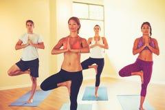 Folk som kopplar av och gör yoga royaltyfria foton