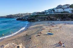 Folk som kopplar av och har sunbath på stranden Arkivbild