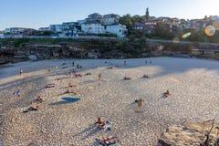 Folk som kopplar av och har sunbath på stranden Royaltyfri Bild