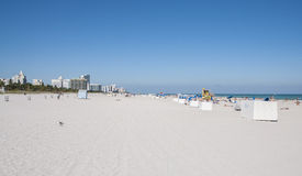Folk som kopplar av på den södra stranden Royaltyfria Foton