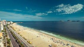 Folk som kopplar av på stranden i Rio De Janeiro lager videofilmer