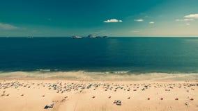 Folk som kopplar av på stranden i Rio De Janeiro arkivfilmer