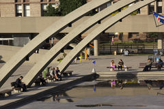 Folk som kopplar av på Nathan Phillips Square i Toronto Royaltyfri Bild