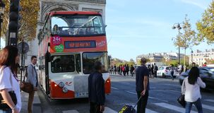 Folk som korsar avenydes Champs-Elysees i Paris stock video