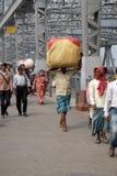 Folk som korsar den Howrah bron i Kolkata Royaltyfri Bild