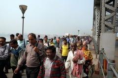 Folk som korsar den Howrah bron i Kolkata Arkivfoton