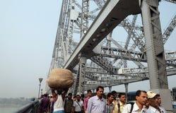 Folk som korsar den Howrah bron i Kolkata Fotografering för Bildbyråer