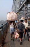 Folk som korsar den Howrah bron i Kolkata Arkivfoto