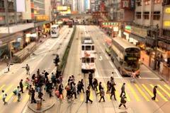 Folk som korsar en fot- gränd i Hong Kong Arkivfoton