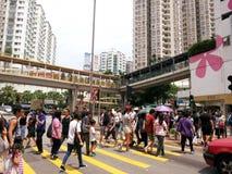Folk som korsar en gångare i Hong Kong arkivfoton