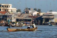 Folk som korsar floden med fartyget i Cai Be, Vietnam Royaltyfri Fotografi
