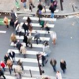 Folk som korsar gatan Royaltyfria Foton