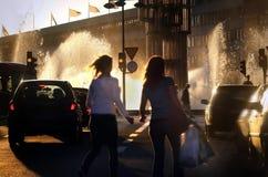 Folk som korsar gatan Arkivfoton